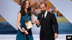 برنیس بژو پس از دریافت نخل طلای بهترین بازیگر زن، از اصغر فرهادی کارگردان فیلم «گذشته» دعوت کرد تا به روی صحنه برود.