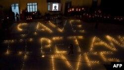 Người Tây Tạng sống lưu vong ở Dharamsala, Ấn Ðộ xếp đèn cầy thành dòng chữ Hãy Cứu Người Tây Tạng trong buổi đốt nến để tưởng nhớ những người Tây Tạng tự thiêu trong năm nay