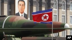 지난 4월 북한의 태양절 열병식에 등장한 신형 장거리 미사일. (자료 사진)