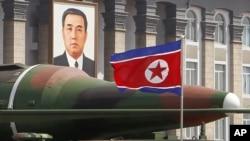 在這張攝於今年4月15日的照片中﹐在慶祝北韓第一任領導人金日成百歲誕辰的遊行中展現新型導彈的模型