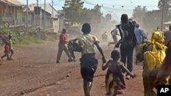 Mutane suke tserewa daga birnin Goma lokacinda fada ya barke tsakanin 'yan tawaye da sojoin gwamnati.