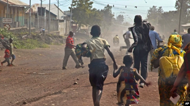 People flee as fighting erupts between the M23 rebels and Congolese army near the airport in Goma, November 19, 2012.