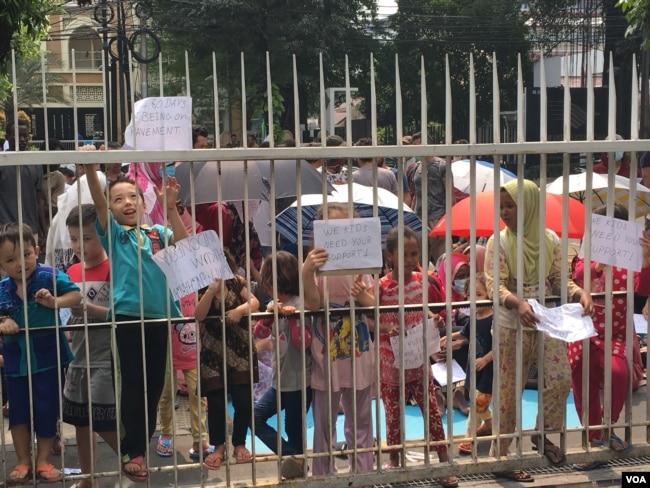Anak-anak para pencari suaka berunjuk rasa meminta perhatian UNHCR yang berkantor di Menara Ravindo, Jalan Kebun Sirih, Jakarta, 5 Juli 2019. (Foto: Ahadian Utama/VOA)