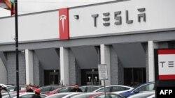 Showroom Tesla di Burbank, California, 24 Maret 2020. (Foto: AFP)