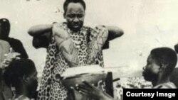 Julius Nyerere akichangaya mchanga wa Zanzibar na Tanganyika kuunda Muungano wa Tanzania