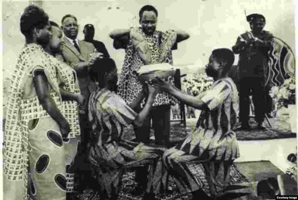 Julius Nyerere Rais wa zamani wa Tanzania akichangaya mchanga wa Zanzibar na Tanganyika kuunda Jamhuri ya Muungano wa Tanzania
