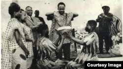Mwalimu Julius Nyerere Rais wa zamani wa Tanzania akichangaya mchanga wa Zanzibar na Tanganyika kuunda Jamhuri ya Muungano wa Tanzania.