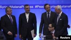 4일 카자흐스탄 아스타나에서 열린 시리아 평화회담에서 스테판 데 미스투라 유엔 시리아 특사(오른쪽)가 각 국 대표들과 대화를 나누고 있다.