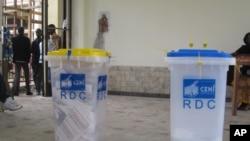 Urnes pour les elections congolaises du 28 Novembre 2011 Kinshasa Nicolas Pinault VOA