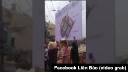 Cư dân phản đối nhà chức trách cắm bảng quy hoạch khu đất vườn rau Lộc Hưng, phường 6, Quận Tân Bình, TP.HCM, ngày 11 tháng 1, 2019. (Hình trích từ video đăng trên Facebook)