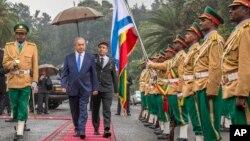 Le Premier ministre israélien Benjamin Netanyahu, au centre gauche, passe en revue la garde d'honneur devant le Palais national éthiopien à Addis-Abeba, Ethiopie, 7 Juillet, 2016.