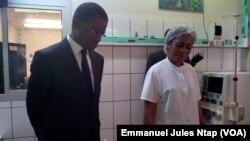 Le ministre Mama Fouda, au chevet d'un patient de la dialyse à l'hôpital général de Yaoundé, au Cameroun, le 24 juillet 2017. (VOA/Emmanuel Jules Ntap)