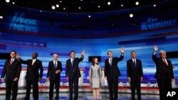 Les candidats républicains avant le début du débat avec, de guache à droite, Rick Santorum, Herman Cain, Ron Paul, Mitt Romney, Michele Bachmann, Tim Pawlenty, Jon Huntsman et Newt Gingrich