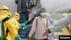 Hành khách ở Indonesia được khử trùng sau khi trở về từ Vũ Hán. (Ảnh minh họa)