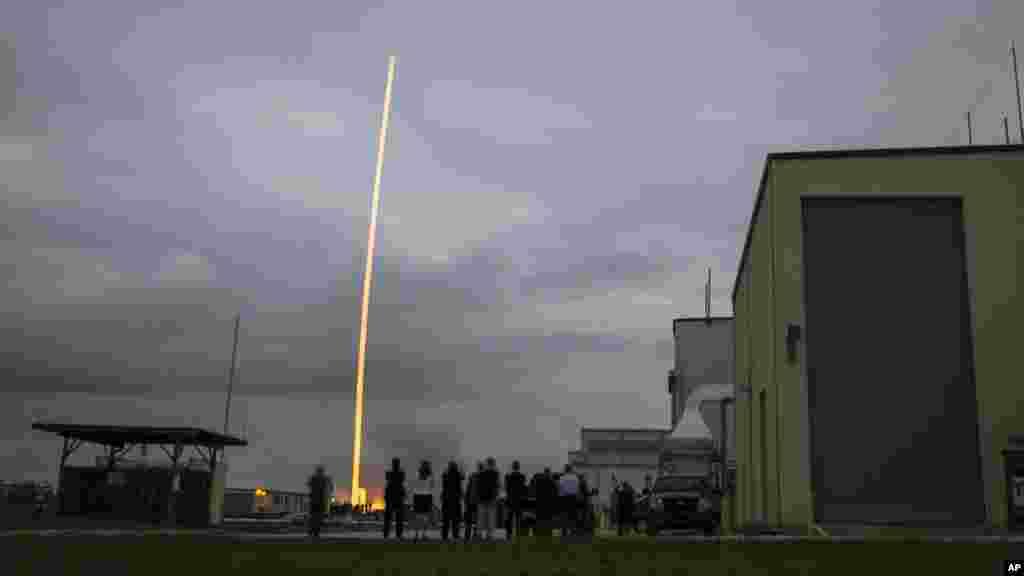 Sur cette photo fournie par la NASA, la fusée United Launch Alliance Delta 4-Heavy décolle, avec le vaisseau spatial Orion de la NASA monté au sommet, de la station de Cape Canaveral Air Force vendredi 5 décembre 2014.