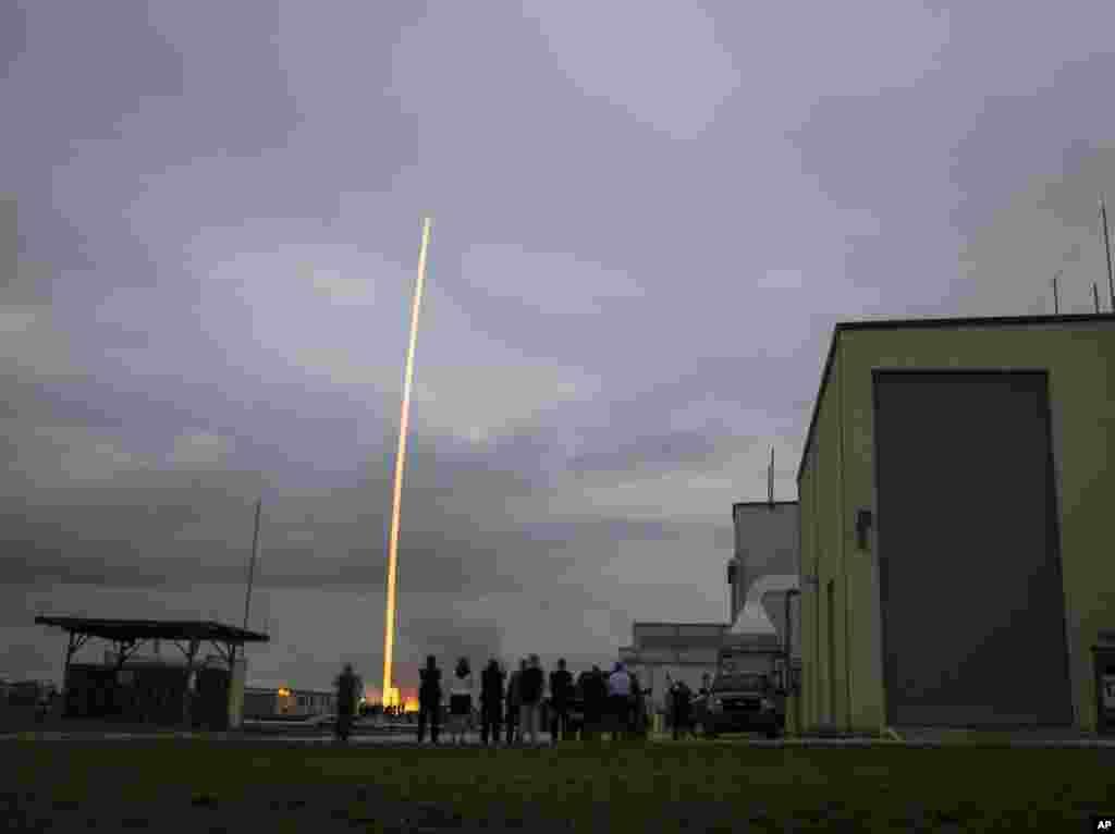 Roket Delta IV Heavy membawa pesawat antariksa Orion terbang dari Stasiun Angkatan Udara Cape Canaveral, Florida, AS (5/12).(AP/NASA, Bill Ingalls)
