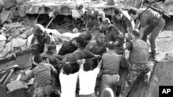 Photo d'archives: Des soldats britanniques apportent leur aide dans les opérations de secours sur le site d'un attentat-suicide perpétré contre le centre de commandement de l'US Marine près de l'aéroport de Beyrouth, au Liban, le 23 octobre 1983.
