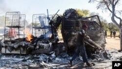Un homme s'empare de la ferraille sur la route de Atteridgeville, Pretoria, Afrique du Sud, le 21 juin 2016.