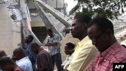 在地震中严重受损的教堂外教徒们在做弥撒