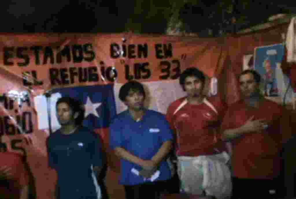 En esta foto de la presidencia de Chile, los mineros aun atrapados en la mina celebran el bicentenario de la independencia de Chile.