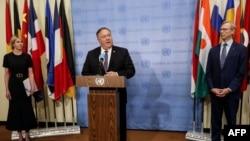 在与联合国安理会成员国就伊朗问题举行会晤后,美国国务卿蓬佩奥(Mike Pompeo)在美国驻联合国代表克拉夫特(Kelly Craft)和美国伊朗事务特别代表胡克(Brian Hook)的陪同下,对媒体发表讲话(2020年8月20日)