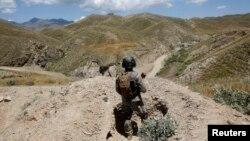 د افغانستان او پاکستان ترمنځ سرحد د ډیرو غرنیو سیمو څخه تیر شوی دی.