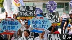 菲律宾民众在中国使领馆外抗议中方在有争议岛屿上建设(2017年6月12日美联社)