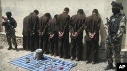 지난 6월 탈레반 무장분자 7명을 체포한 아프가니스탄 경찰. (자료사진)