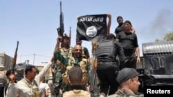 Para militan ISIS saat merayakan kemenangan dalam merebut sebuah kota di Irak (foto: dok).