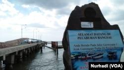 Pelabuhan Bangsal, di mana wisata ke pulau-pulau kawasan sisi barat Pulau Lombok bisa dijangkau. (Foto: VOA/Nurhadi)