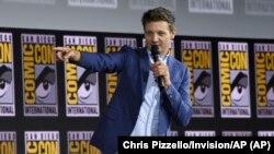 """Jeremy Renner berbicara di panggung saat mengumumkan """"Hawkeye"""" di acara panel Marvel Studios di Comic-Con, San Diego, 20 Juli 2019 (dok: Chris Pizzello/Invision/AP)"""