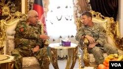 AQShning Afg'onistondagi bosh qo'mondoni general Skott Miller (o'ngda) va mamlakat prezidenti birinchi o'rinbosari o'zbek generali Abdul Rashid Do'stum. Juzjon viloyati, Afg'oniston, 2-dekabr, 2019.