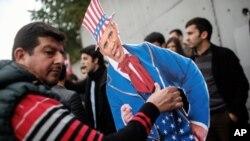 معترضان به نشست گروه ۲۰ ترکیه و ماموران لباس شخصی ترکیه - ۸ نوامبر ۲۰۱۵