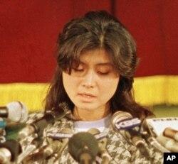 김현희 씨가 1988년 1월 15일 안기부에서 열린 기자회견에서 고개를 떨군채 기자들의 질문에 답하고 있다.