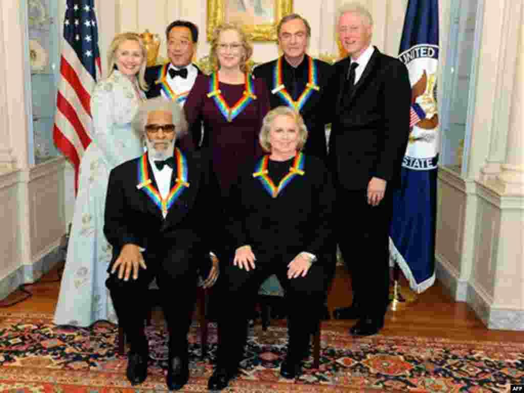 Ngoại trưởng Hoa Kỳ Hillary Clinton và cựu Tổng thống Clinton chụp hình chung với những người nhận giải.
