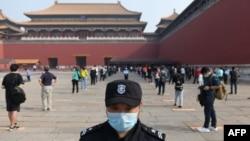 Một nhân viên canh gác ở Tử Cấm Thành ở Bắc Kinh trong lúc người dân Trung Quốc thực hiện dãn cách xã hội. Một báo cáo tình báo của Mỹ cho rằng chính quyền Bắc Kinh đã che giấu mức độ bùng phát của đại địch virus corona nhằm tích trữ vật tư y tế.