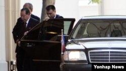 러시아를 방문 중인 김계관 북한 외무성 제1부상(맨왼쪽)이 4일 모스크바 외무부 관저에 도착해 회담장 안으로 들어가고 있다.