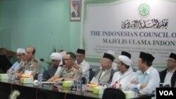 Kapolri Jenderal Tito Karnavian (tengah), Ketua MUI K.H Ma'ruf Amin dan Ketua FPI Habib Riziq Sihab di kantor MUI Jakarta Senin 28 November 2016 menggelar konferensi pers bersama. (Foto: Andylala/VOA).
