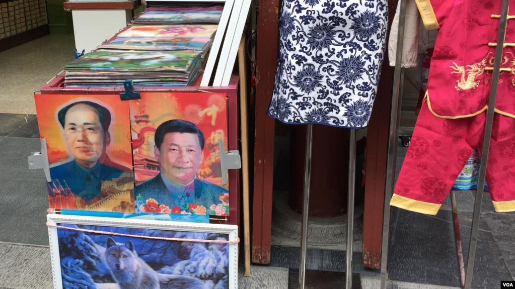 中國街頭出售的面孔可以變換的毛澤東和習近平像