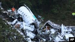 Des sauveteurs sur les lieux du crash en Colombie près de Medellín, le 29 novembre 2016.