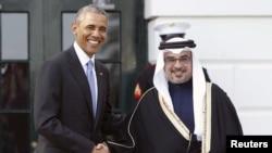 美国总统奥巴马(左)在华盛顿欢迎海湾六国的领导人,他在白宫外与到访的巴林王储撒勒曼亲王握手(2015年5月13日)
