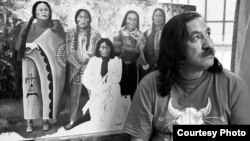 Foto de 1992 del activista indígena, Leonard Peltier, en la prisión federal de Leavenworth, Kansas. Cortesía: International Leonard Peltier Defense Committee.