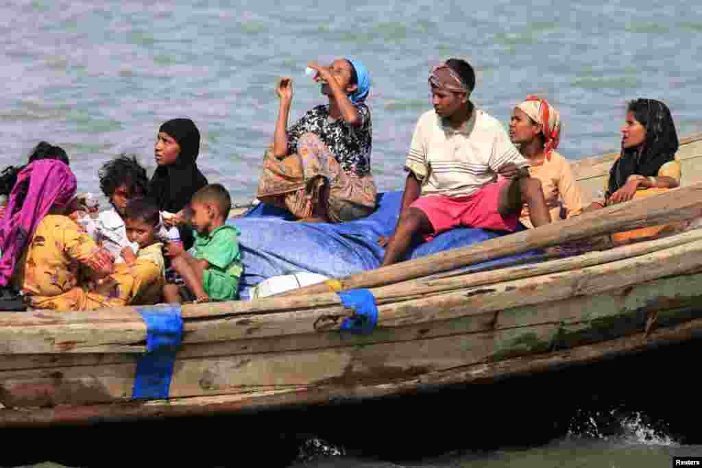 Người Hồi giáo Rohingya băng qua sông Naf trên một chiếc thuyền từ Miến Điện vào Teknaf, Bangladesh, ngày 11/6/2012