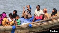 Người sắc tộc Rohingya trên một chiếc thuyền vượt qua sông Naf từ Miến Điện vào Bangladesh, ngày 11/6/2012