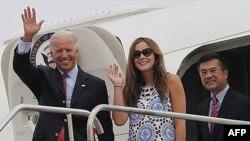 Phó Tổng thống Hoa Kỳ Joe Biden (trái), cùng với cô cháu gái Naomi Biden, và Ðại sứ Hoa Kỳ tại Trung Quốc Gary Locke bước ra từ chuyên cơ Air Force Two tại phi trường Thành Ðô, Trung Quốc, ngày 20 tháng 8, 2011