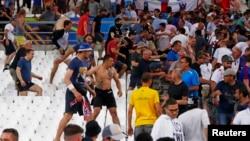 Болельщики сборных Англии и России столкнулсиь на трибунах стадиона после матча этих команд. Марсель, Франция. 11 июня 2016 г.