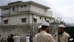 Warga setempat dan media di luar rumah tempat Osama bin Laden ditangkap dan dibunuh Mei 2011 di Abbottabad, Pakistan. (Foto: Dok)
