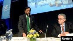 Ketua IPCC Rajendra Pachauri (kiri) dan rekannya Thomas Stocker dalam konferensi pers UN IPCC di Stockholm (27/9). Para pemimpin IPCC mengatakan mereka semakin yakin bahwa manusia adalah faktor utama terjadinya pemanasan global.