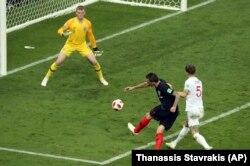 Mario Mandžukić postiže drugi gol za Hrvatsku u polufinalu Svetskog kupa u Rusiji (Foto: AP/Thanassis Stavrakis)