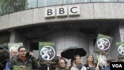 Anplwaye BBC k ap manifeste devan ofis konpayi an nan wes lond
